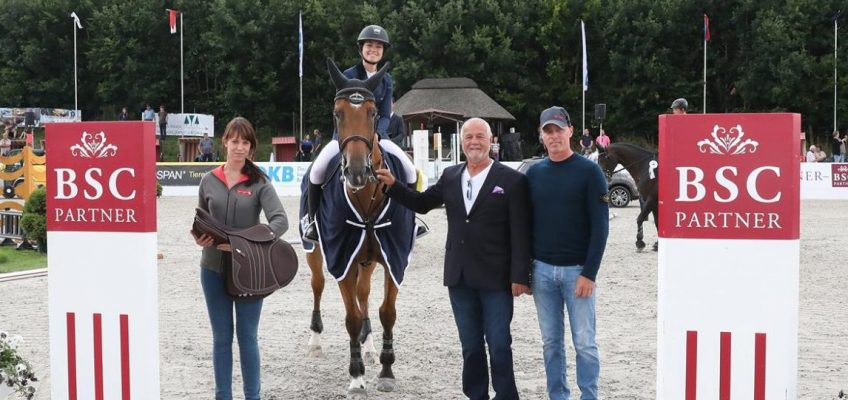 Reed Kessler sammelt in Groß Viegeln Pferdeanhänger
