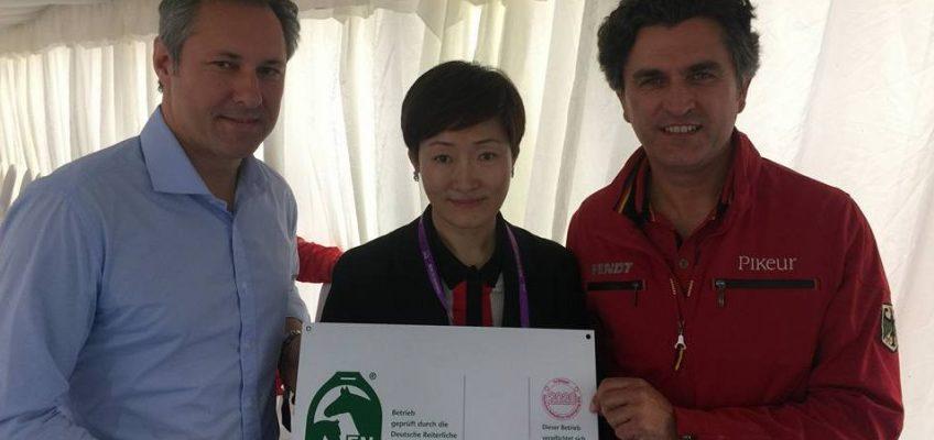 Erster Betrieb in China erhält FN-Kennzeichung für fachgerechte Pferdehaltung
