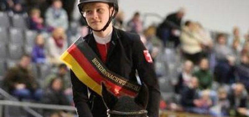 Mona Marie Höwer gewinnt Bundesnachwuchschampionat der Ponyspringreiter