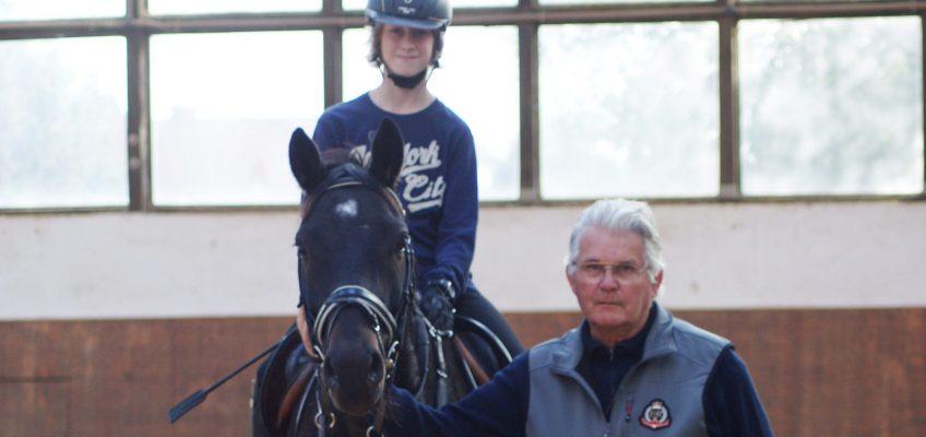 Holsteiner Legende Sönke Sönksen trainiert auch mit 80 Jahren noch Pferde