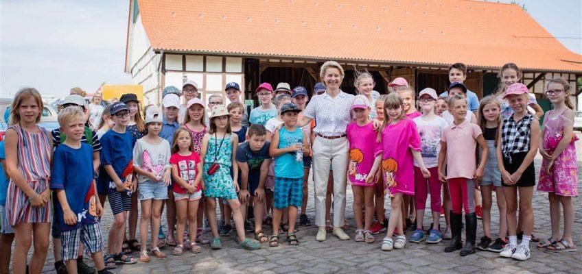 """Schirmherrin Ursula von der Leyen besuchte """"ihre"""" Sparkassen German Friendships"""