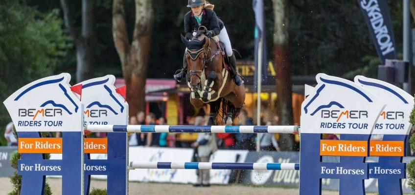 Finja Bormann fliegt zum Sieg im Glas Strack Championat von Paderborn